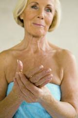Frau, Seniorin mit Handtuch, lächeln, Porträt
