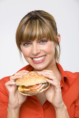 Frau jung mit hamburger, Lächeln, Portrait, close-up