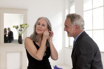 Mann ansehen Frauen tragen Ohrringe Geschenk, lächeln