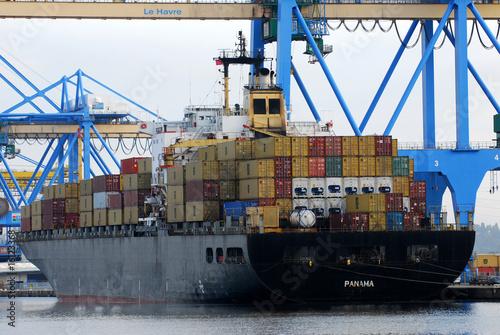 Porte-containers à quai