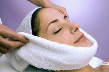 Frau erhalten Gesicht Gesichtsbehandlung, die Augen geschlossen, close-up