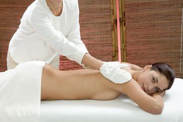 Frau jung, Massage bekommen