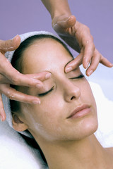 Frau jung bekommen Gesichtsmassage, die Augen geschlossen, close-up
