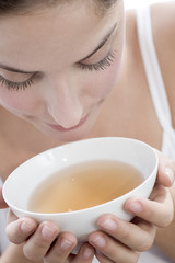 Frau jung halten Teeschale, close-up