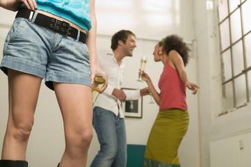 Die Beine der jungen Frau, Paar tanzt