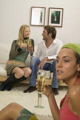 Frau jung halten Sektglas, Paar