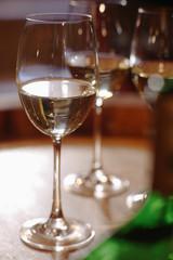 Weißwein Flasche und Gläser auf Weinfass, close-up
