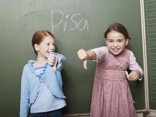 Mädchen stehen Tafel lächeln, zeigen Daumen nach unten Zeichen