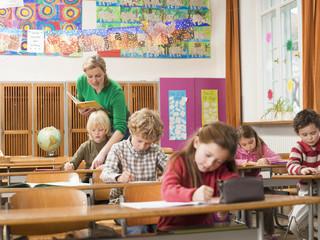 Kinder schriftlich Prüfung im Klassenzimmer