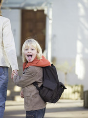 Mutter bringen Jungen zur Schule