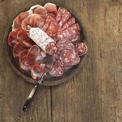 Salami und Schinken auf Platte,
