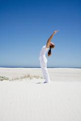 Frau übung Yoga am Strand