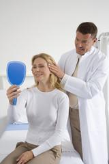 Arzt untersuchen Patienten
