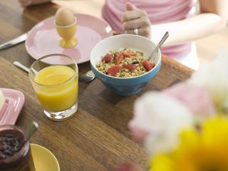 Frühstück mit Müsli und Orangensaft