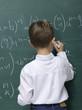 Junge schreiben auf Tafel, Rückansicht