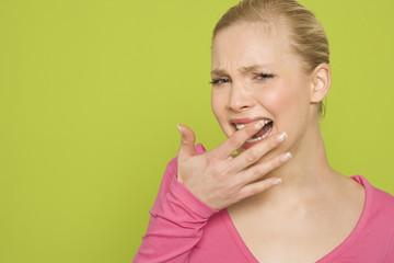 Frau fühlen Zähne mit dem Finger, Portrait