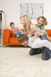 Junge und Mädchen auf Rücken Vater im Wohnzimmer