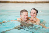 Älteres Paar Senioren umarmen im Schwimmbad, Porträt