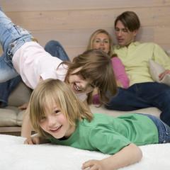Junge und Mädchen zusammen spielen, Eltern, Portrait