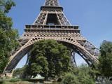 Jardin en la base de la torre Eifel poster