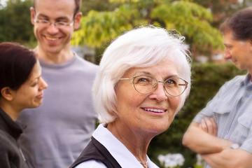 Seniorin mit Familie