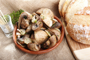 Sauteed white mushroom with garlic and French bread