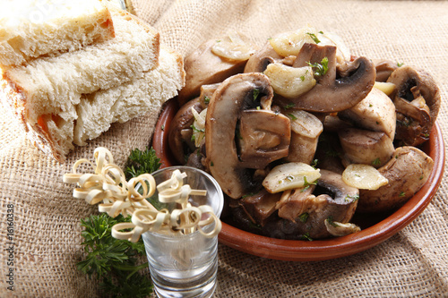 Sauteed white champignon with garlic and French bread