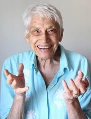 Donna anziana che fa gesti con le mani