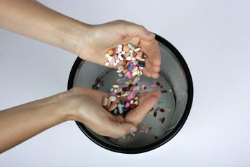 Tabletten in den Mistkübel