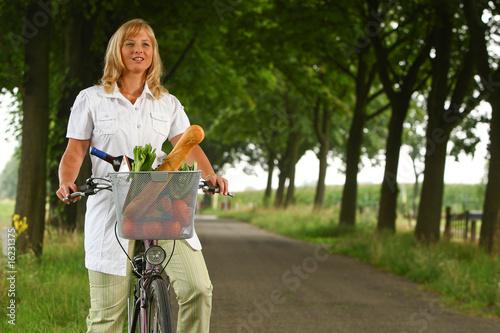 Einkaufen mit dem Fahrrad - 16231375