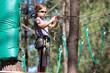 fillette appliquée dans les arbres