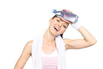 Sportliche junge Frau kühlt sich Wasserflasche