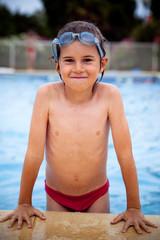 piscine vacances enfant plongeon amuser nager eau sauter