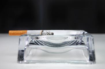 cigarro queimando horizontal