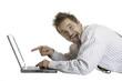 Bayer mit Lederhose findet etwas lustiges am Laptop