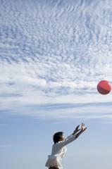 ボールで遊ぶ男性