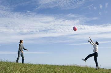 ビーチボールで遊ぶ2人の男性