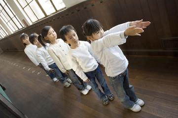 廊下に並ぶ小学生