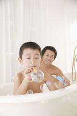 お風呂を楽しむ親子