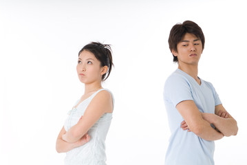 ケンカをする20代のカップル