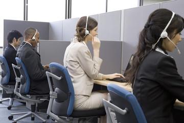コールセンターで働く男女