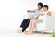 テレビを見る20代のカップル