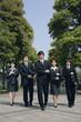 スーツ姿の若い男女5人