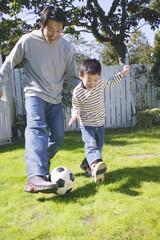 サッカーをする親子