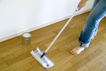 床にワックスをかける