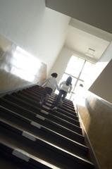 階段を上がる小学生