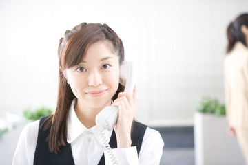 オフィスで働く若い女性