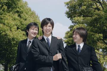 スーツ姿の若い男性3人