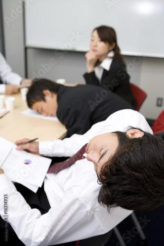 打ち合わせ中に眠る男性