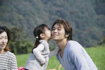 父親にキスをする娘